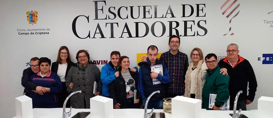 Los usuarios del Centro Ocupacional Rogelio Sánchez Ruiz visitan la Escuela de Catadores